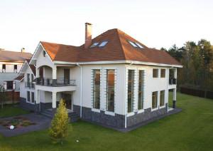дом с мансардными окнами